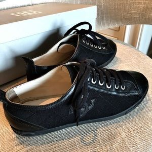 Signature CC CHANEL Low-Top Qulited Sneakers